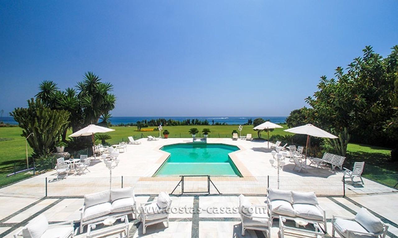 bcb38acf66266 Villa situada en primera línea de playa en venta en Marbella 0
